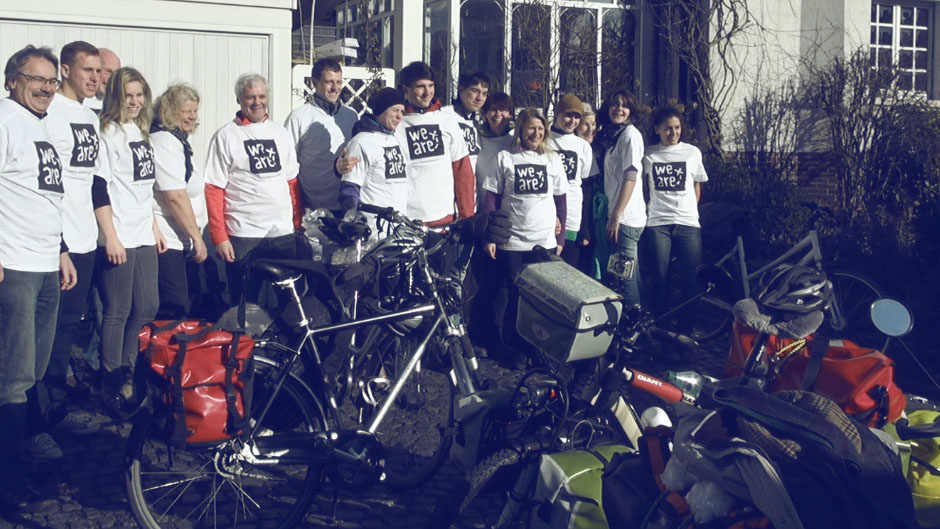 Gruppenfoto mit WE ARE T-shirts