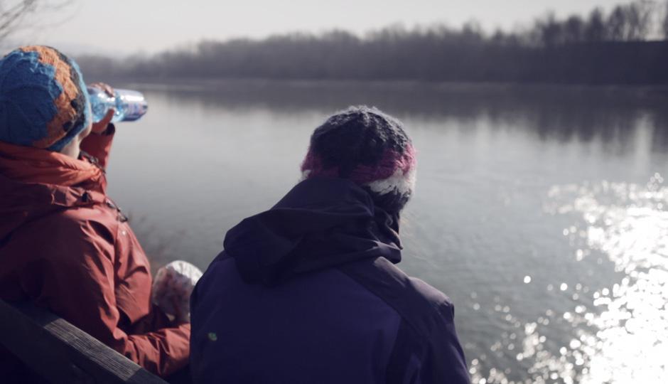 Beim Frühstück schauen wir an einem Seitenarm der Donau einer Gruppe Ruderern beim trainieren zu.