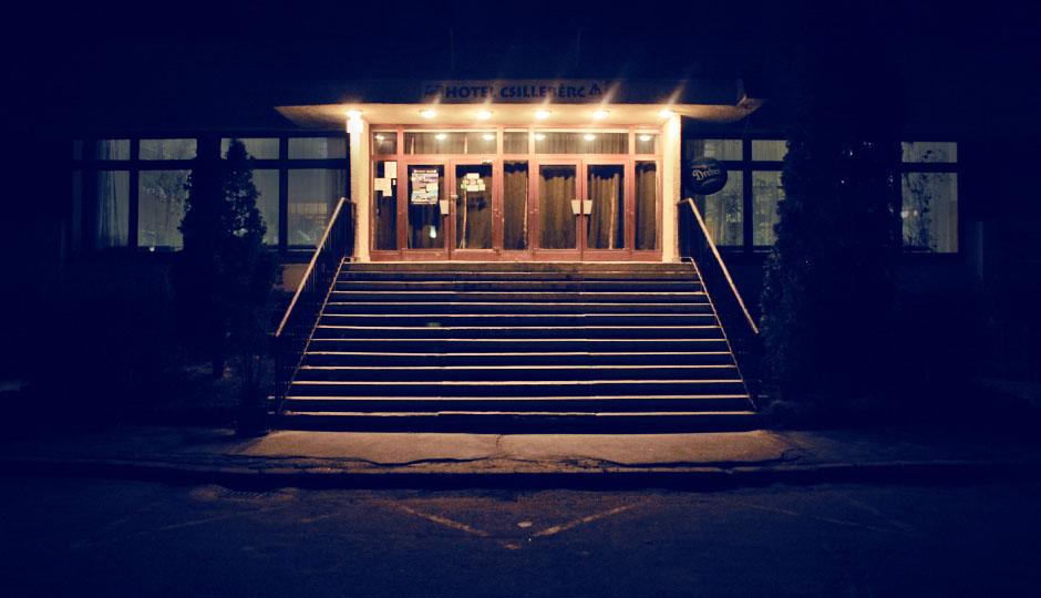 Das Hotel Csilleberc. Im Dunkeln ein gruseliger Anblick.