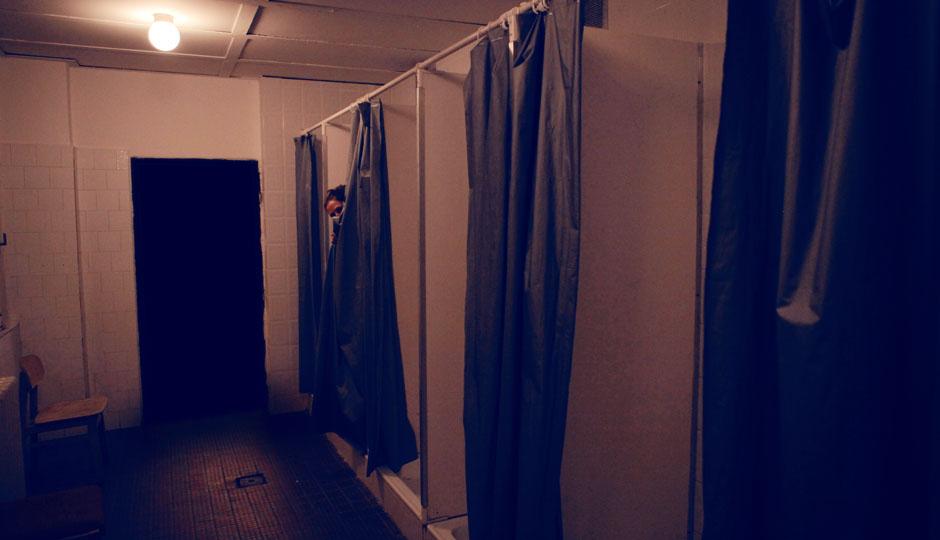 Wer versteckt sich da hinter dem Vorhang?