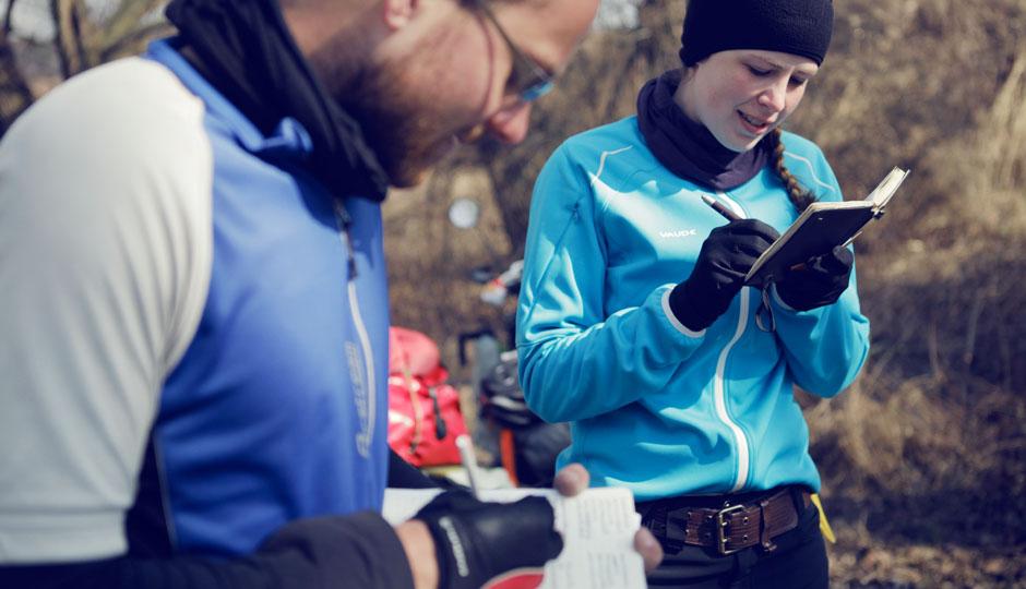 Lorena und Matt tauschen die Adressen aus. (www.worldwidebikeride.com)