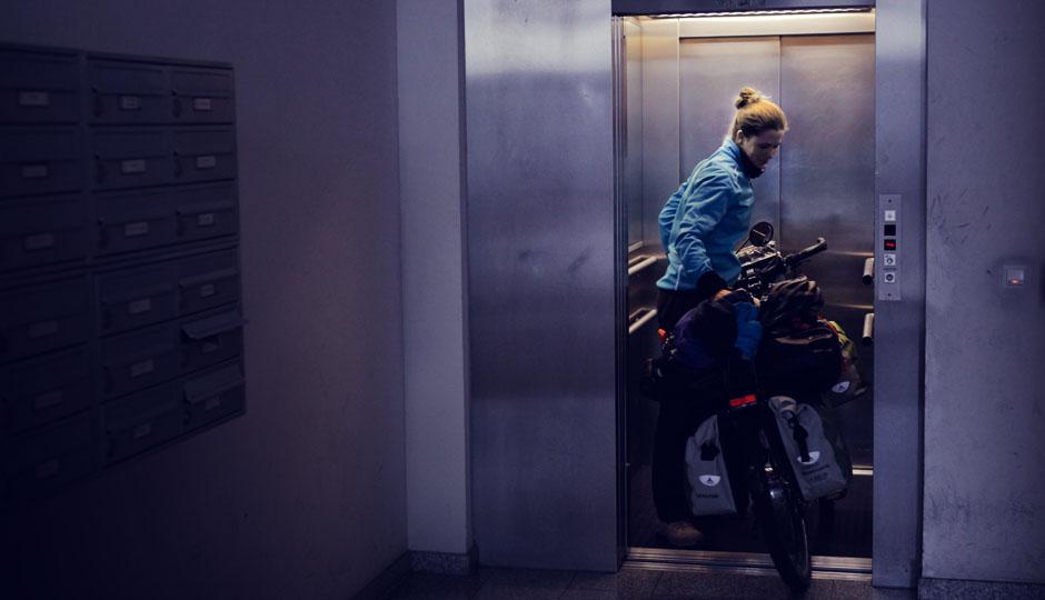 Mit dem Fahrrad in den sechsten Stock. Passt gerade so.