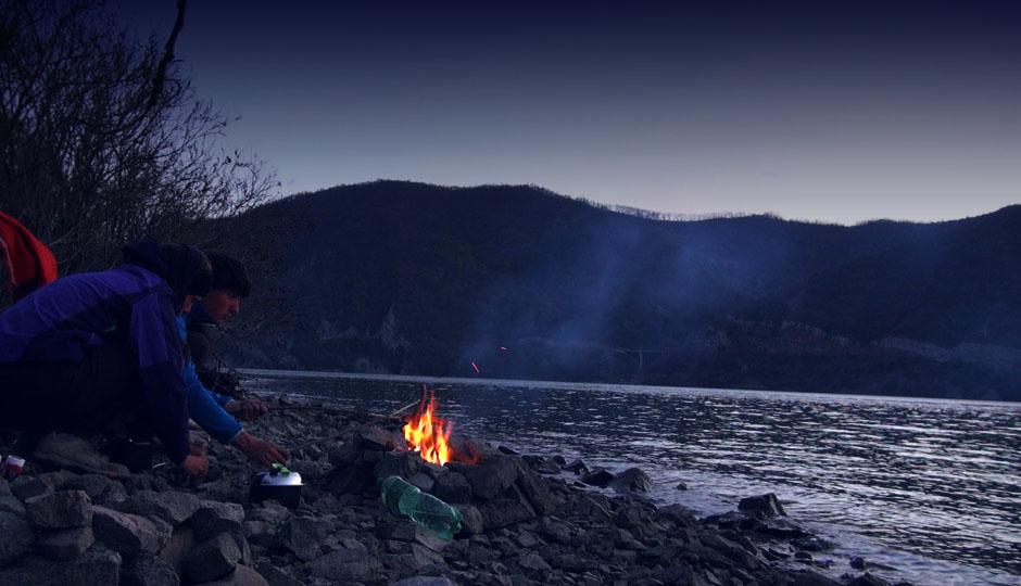 Unser erstes Lagerfeuer. Bei gegrillten Würstchen genießen wir die Aussicht auf die Berglandschaft
