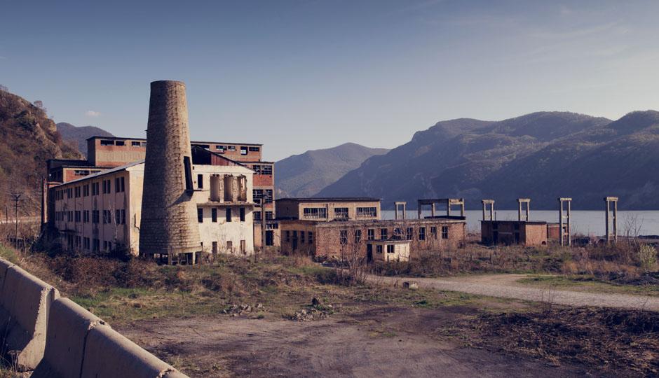 Eine verlassene Fabrik. Selbst diese wirkt malerisch vor der traumhaften Kulisse des Eisernen Tores.