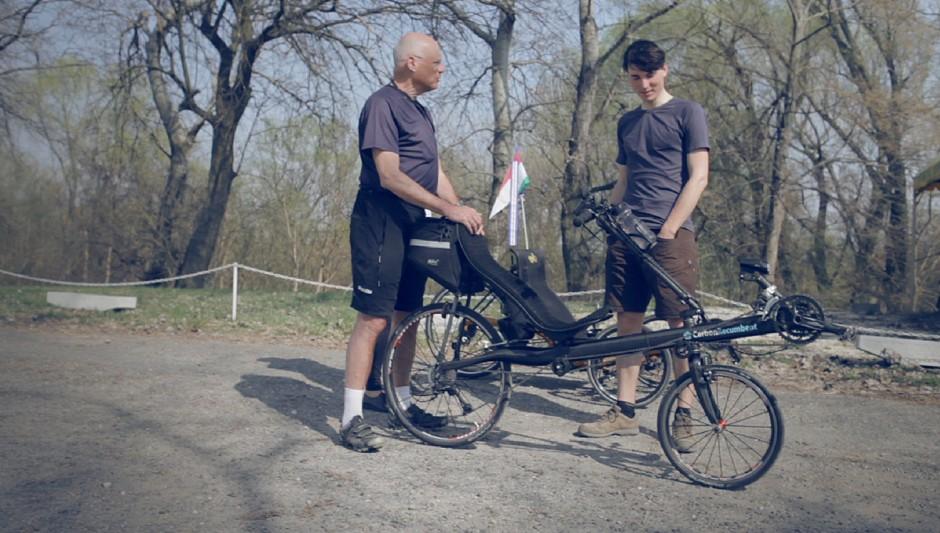 """Wir treffen Sara und Kristóf am Donaustrand. Sein superleichtes Liegerad, mit welchem er die 616 km lange Strecke von Prag nach Budapest in 36 Stunden (ohne zu Schlafen!) zurücklegte, ist ein wahrer Kontrast zu unseren """"Packeseln""""."""