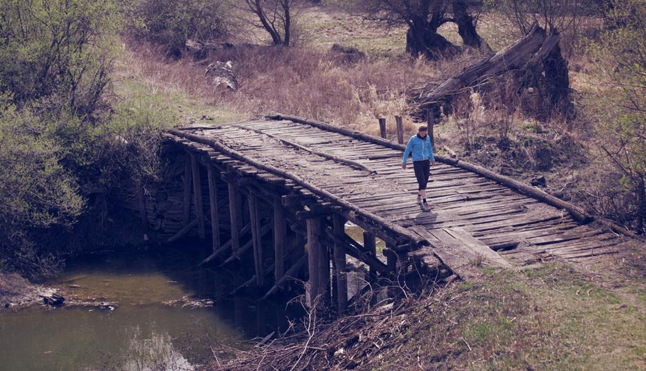 Lorena begutachtet vorsichtig die alte Brücke