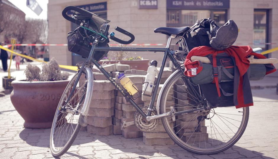 Es ist jedes mal spannend das Fahrrad eines anderen Fahrradnomaden zu begutachten. Julian hat einen großen Knüppel zur Abwehr von Hunden.