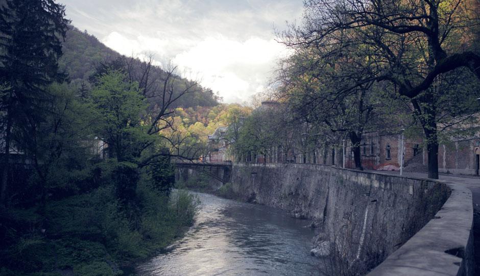 Der Cerna Fluss zieht sich durch das schmale Städtchen.