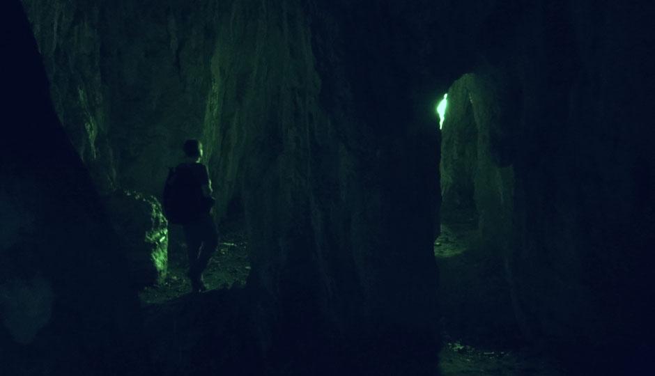 Eine kleine Tropsteinhöhle auf halber Höhe.