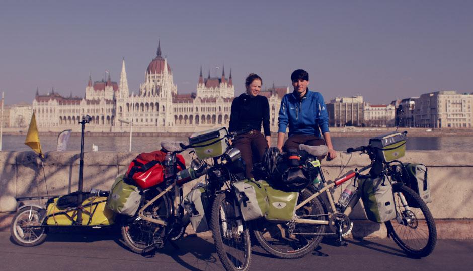 Erinnerungsfoto vor dem Wahrzeichen Budapests: Das Parlamentsgebäude