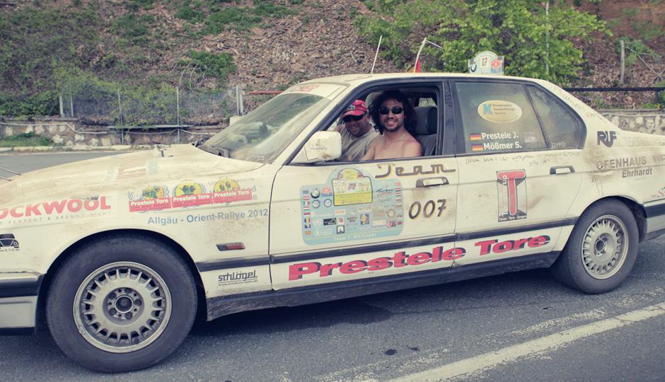 Das Rallye-Team... Warum das Auto so schmutzig ist? Offizielle Version: Eine spektakuläre Fahrt auf einer staubigen Piste. Inoffizielle Version: Ein Kasten Bier und eine Schaufel Sand! Klingt nach einer Menge Spaß! Gute Fahrt euch noch!