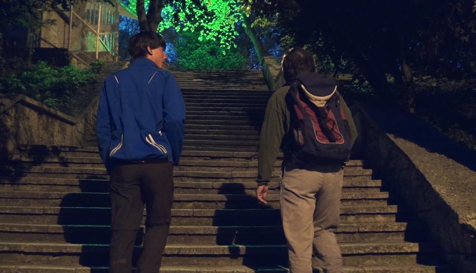 Wir laufen mit Ognyan durch den nächtlichen Park von Varna. THANK YOU!