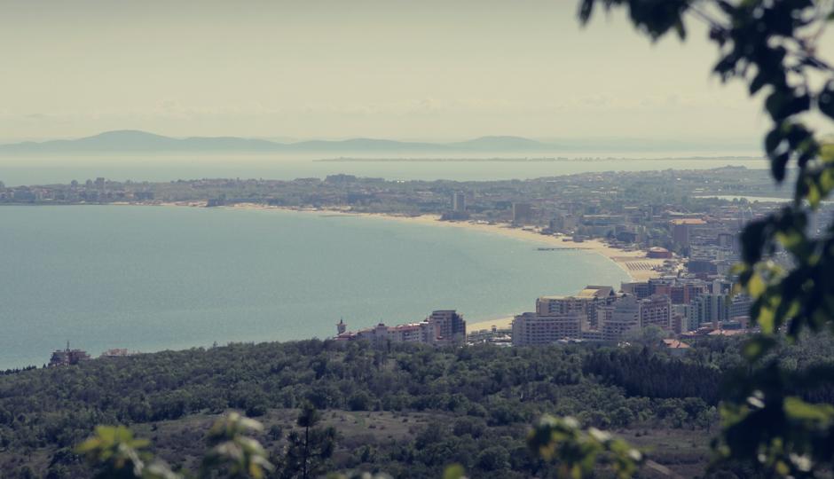 Der Blick auf die von hier oben idyllisch wirkende, touristische Küste Bulgariens in der Nähe von Burgas