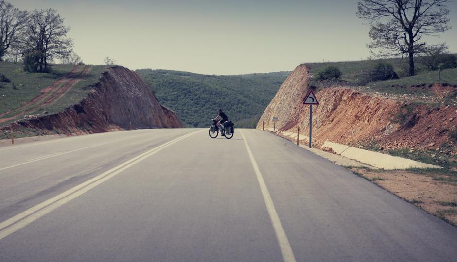 Am nächsten Tag geht es auf der gut ausgebauten breiten Strasse lange Strecken bergab...