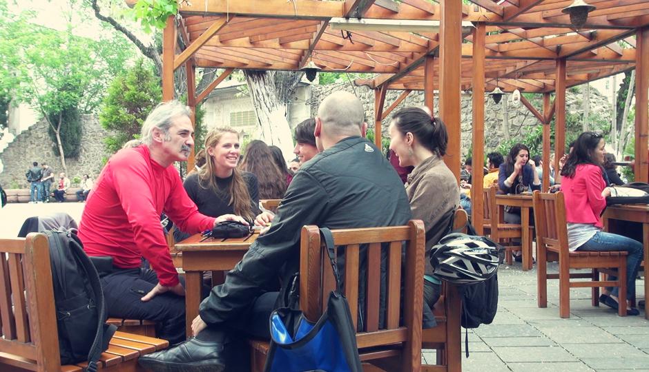 Nettes Zusammensitzen und Plaudern bei Tee. Gürsel links. Rechts die beiden Fahrradfahrer, die gerade am planen einer ähnlichen Reise sind.