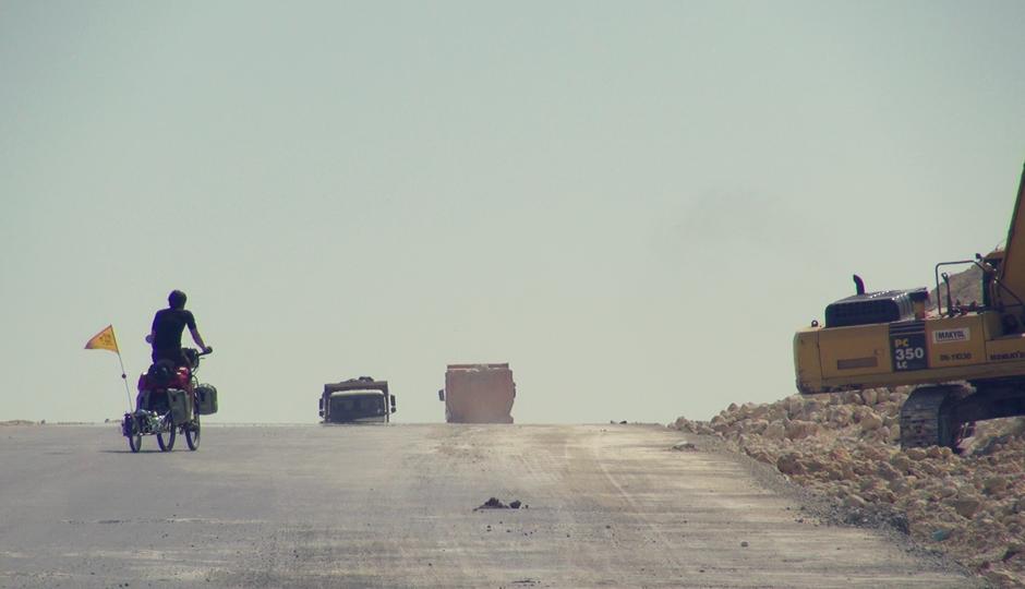 Über eine sich noch im Bauzustand befindende, vierspurige Strasse gehts bei erbarmungsloser Hitze Richtung Istanbul.