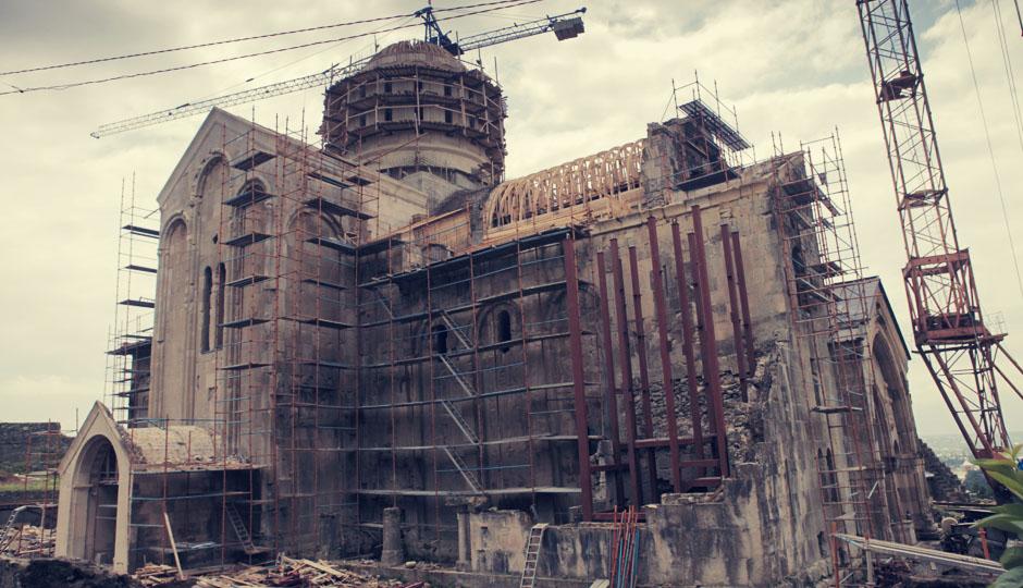 Das mittelalterliche Stadtbild ist noch heute sichtbar. Zu den Sehenswürdigkeiten zählt die Bagrati-Kathedrale, 1003 vom georgischen König Bagrat III. erbaut und vom türkischen Sultan 1696 gesprengt. Die Fassaden sind erhalten und wurden restauriert. Sie stehen heute auf der UNESCO-Liste des Weltkulturerbes. Nahe der Kirche liegen die Ruinen der Stadtfestung und des Königspalastes. Doch mangels staatlicher Mittel sind verschiedene historische Sehenswürdigkeiten Kutaissis baufällig. Die Restaurierung erfolgt allerdings nicht so, wie die UNESCO sich das vorstellt, und überlegt sogar die Cathedrale von der Liste zu streichen!