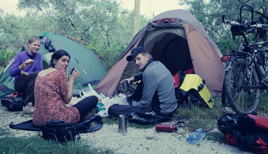 Mehr oder weniger erholt sitzen wir am Morgen zusammen beim Frühstück