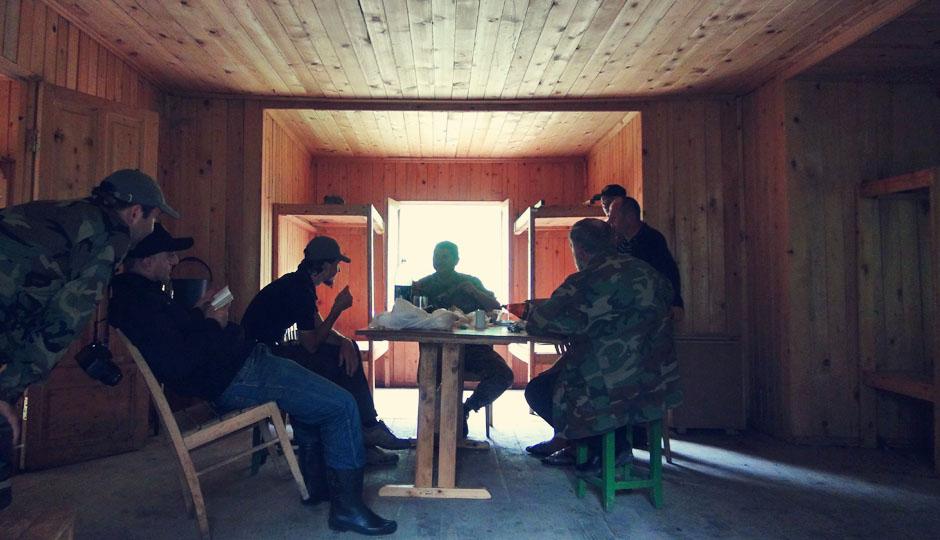 Verhör und Verköstigung in der hölzernen Schutzhütte...