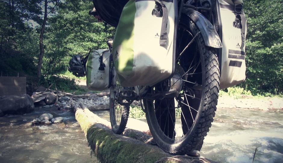 Bei Tageslicht wagen wir den Versuch, die Räder über die schmale Holzbrücke zu schieben!