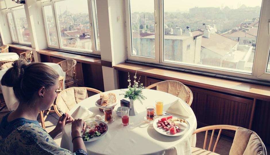 Kontrast zum Outdoorleben: Frühstück im Guesthouse der Anadolu University