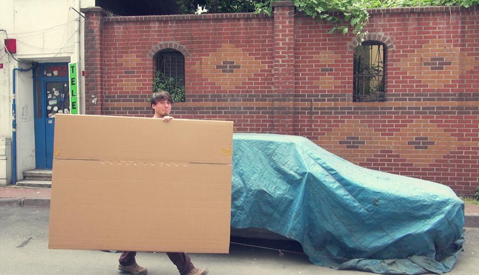 Während wir durch die Stadt laufen halten wir immer mal wieder Ausschau nach einem passenden Karton. Vor einem kleinen Eisenwaren Laden werden wir fündig. Wir fragen nach dem Preis und bekommen den riesigen Karton einfach geschenkt! Perfekt