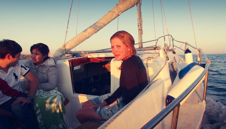 Wir segeln in den Sonnenuntergang. Und obwohl wir in Kasachstan damit nicht gerechnet haben: Es wird ganz schön frisch auf dem Boot!