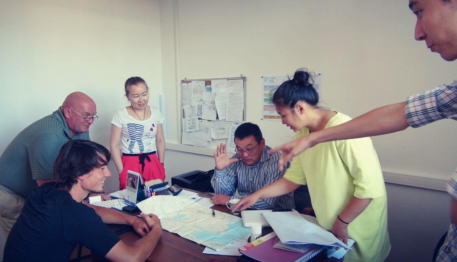 Brainstorming im Büro des Firmenchefs: Wie können wir den Radfahrern helfen auf ihrem Weg durch Zentralasien!?