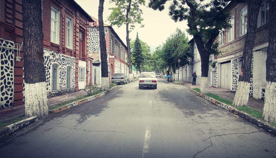 Rund um Zaqatala sind alle Fassaden und Mauern in lustigen schwarz-weiß Mustern gehalten...