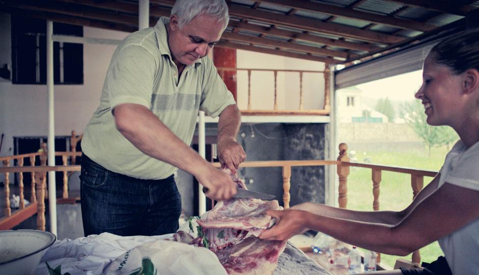Lorena assistiert bei den Vorbereitungen. Der Mann ist gelernter Veterinär und weiß genau, was er tut! Hoffe ich zumindest!