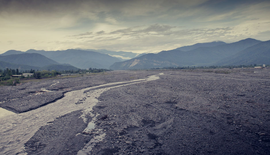 Sie begegnen uns in Aserbaidschan überall: Breite, fast trockene Flussbetten. Im Frühjahr, wenn der Schnee im großen Kaukasus schmilzt, entwickeln sie sich zu reißenden Flüssen.