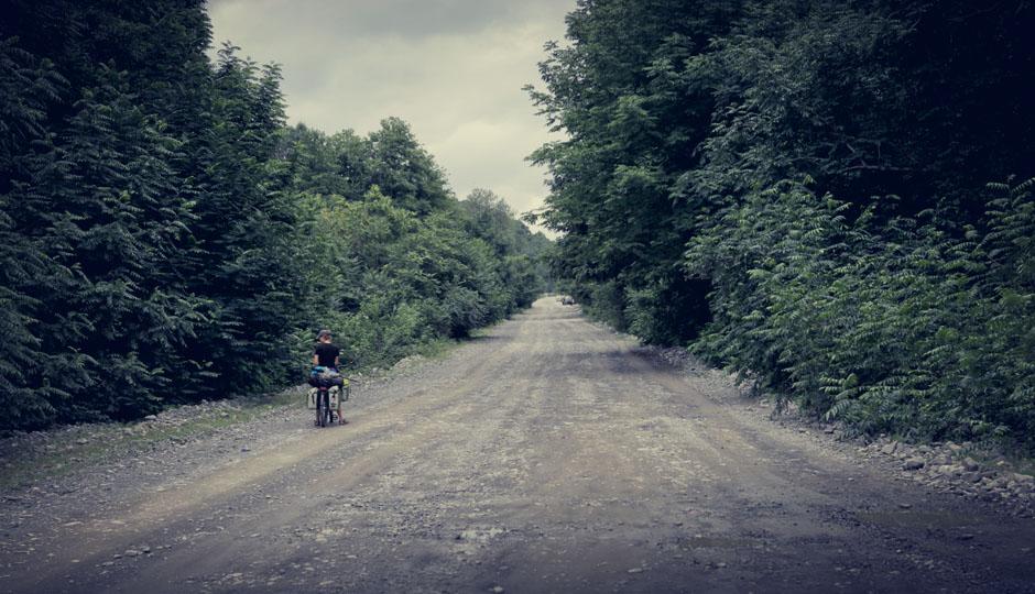 Fährt man nicht die Hauptstrasse besteht auch in Aserbaidschan der Untergrund meist aus grobsteinigem Schotter