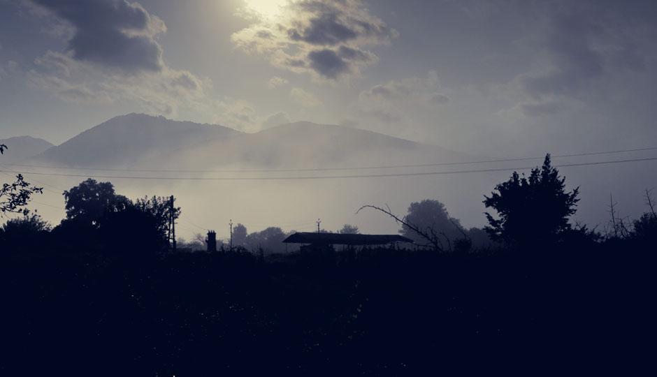 Am Morgen hält sich die Sonne noch hinter dichten Nebelschleiern versteckt