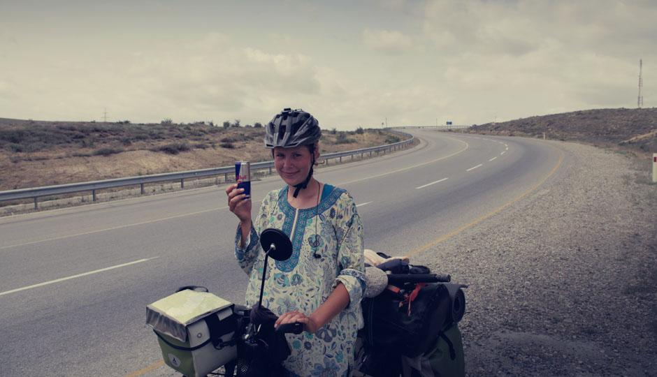 """Ein mitfühlender Autofahrer drückt uns eine eiskalte Dose Red Bull in die Hand: """"Damit ihr nach Baku fliegen könnt!"""" Mit dem Fliegen hat es zwar nicht ganz geklappt, aber es war eine wohltuende Erfrischung. Danke!"""