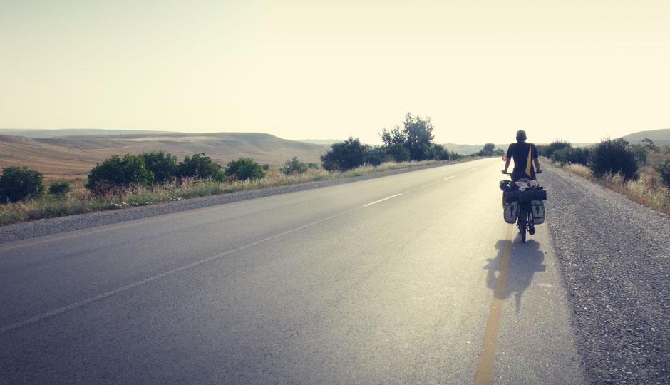 Nachdem uns Aserbaidschan zuerst mit einer genauso grünen Landschaft begrüßte wie Georgien, lichten sich nun die Bäume auf dem Weg in Richtung Baku...