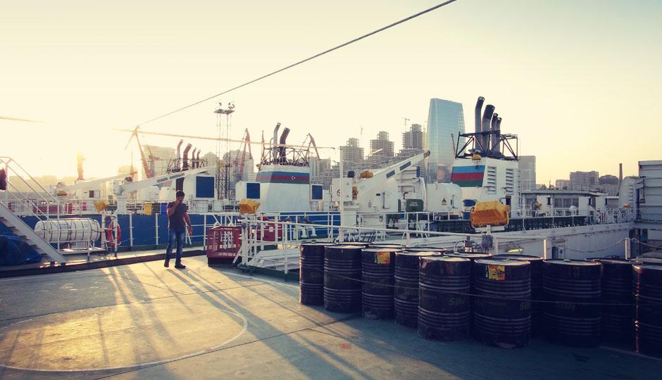Die Sonne geht unter. Und noch immer befinden wir uns im Hafen von Baku...