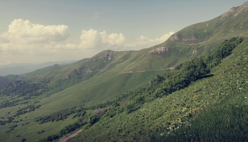 Vom Pass aus schauen wir glücklich auf den mühevoll erarbeiteten Weg zurück und sind gespannt, was sich auf der anderen Seite des Berges befinden wird...
