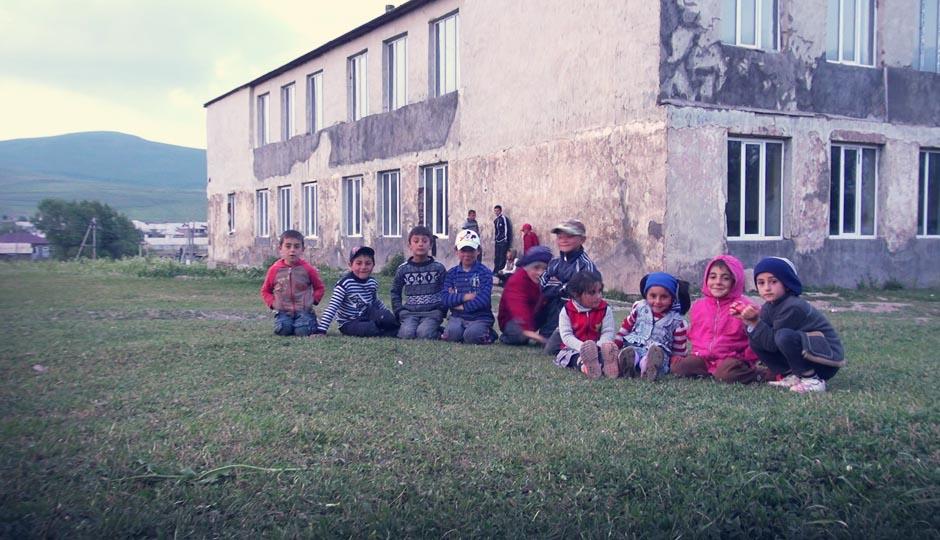 Mehr oder weniger! Die Kinder beobachten gespannt jeden Handgriff und wir kommen uns vor wie ein kleiner Wanderzirkus...