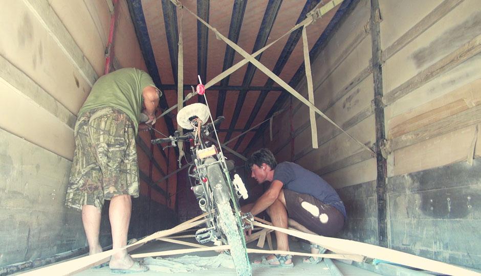 Der Fahrer nimmt sich viel Zeit unsere Fahrräder fest zu verzurren. Wir halten es beinahe für übertrieben, doch es stellt sich noch heraus, dass es nicht ohne Grund ist!