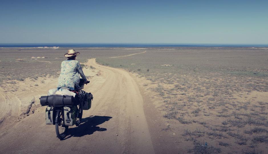 Anfangs führt die Strasse noch entlang des Kaspischen Meeres. Die holprige Abzweigung in Richtung des kühlen Nass und den Umweg von etwa 3 km nehmen wir dann auch gerne in Kauf.