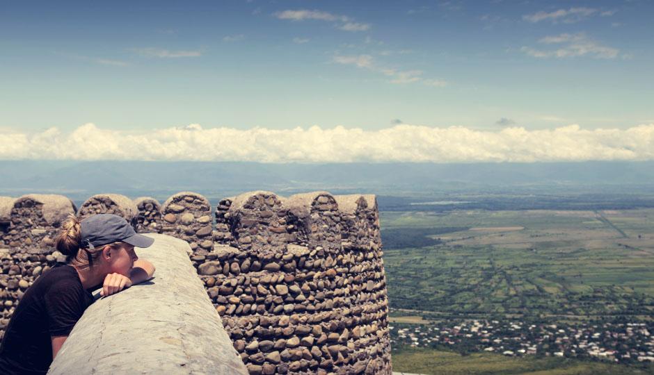 Beeindruckend ist auch die alte Stadtmauer, von der man einen fantastischen Ausblick auf den großen Kaukasus hat. Leider verstecken sich die auch im Sommer Schnee-bedeckten Gipfel hinter einer dichten, weißen Wolkendecke.