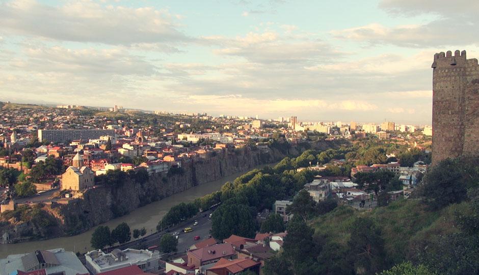 Blick über die Stadt und auf den Fluss Kura.