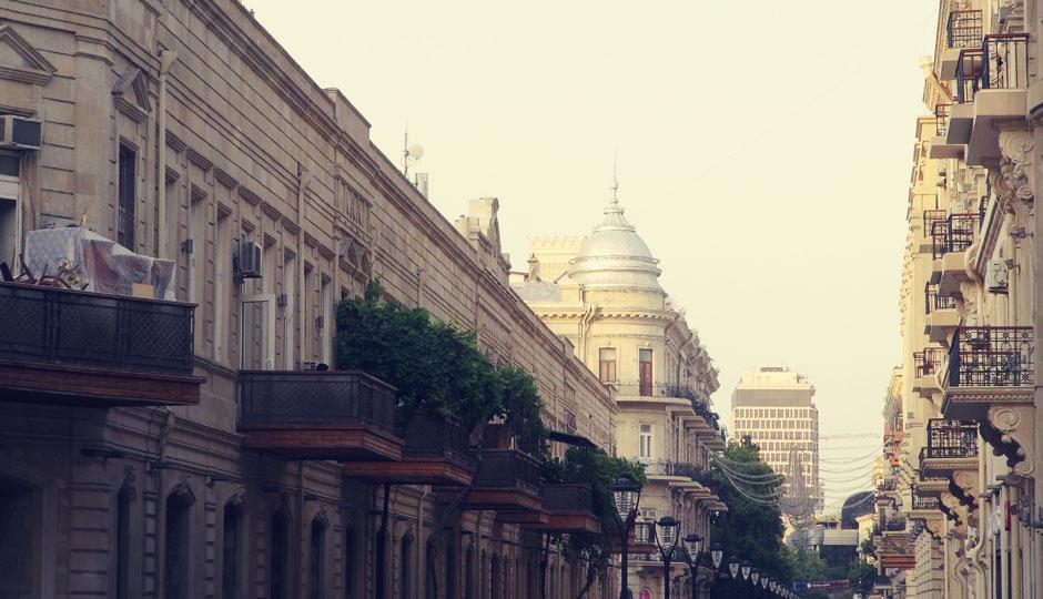 Modernes Baku entlang der Fußgängerzone...
