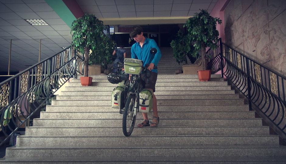 Die Fahrräder durften mit ins Hotelzimmer. Nur der Weg dorthin ist etwas beschwerlich.