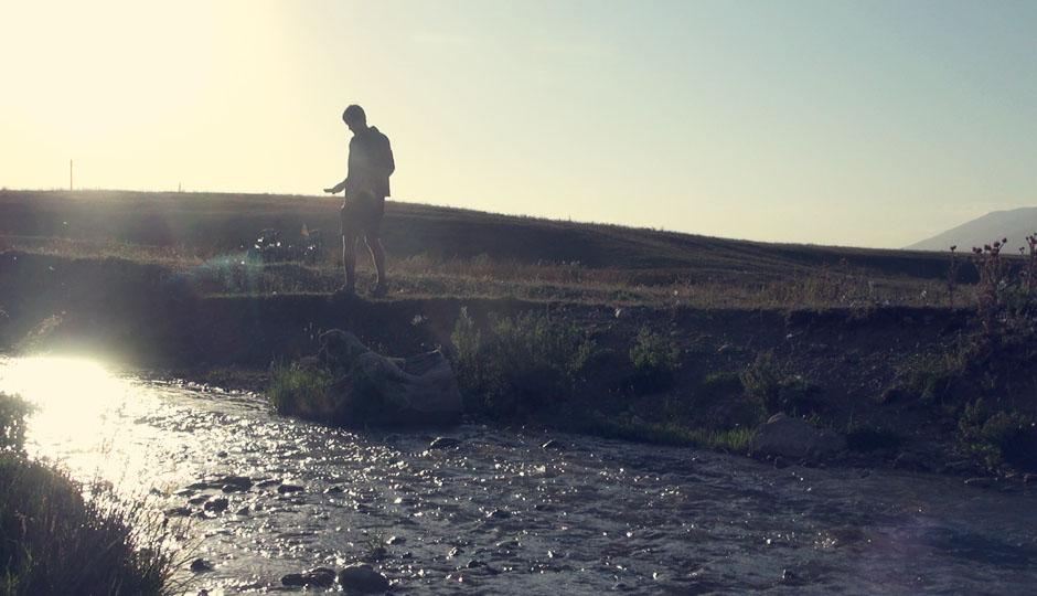 Und es gibt wieder Wasser. Aus den Bergen kommende Bäche kreuzen unseren Weg