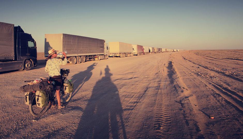Eine gigantische LKW-Schlange staut sich vor der Grenze zwischen Kasachstan und Usbekistan.