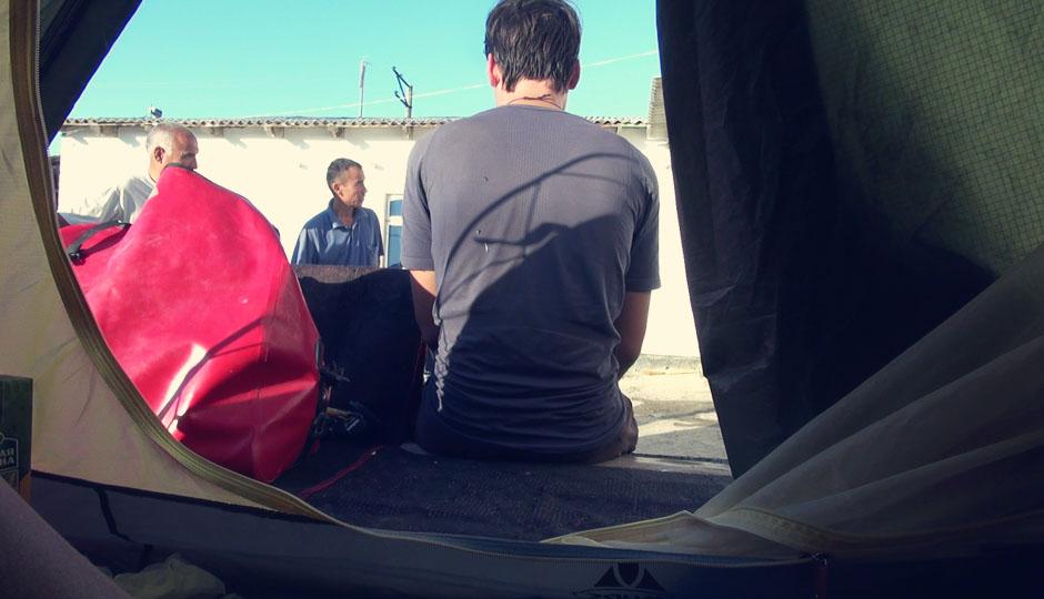 Da wünscht man sich die Einsamkeit der Wüste zurück. Sobald wir den Reißverschluss unseres Zeltes aufziehen, sind wir von neugierigen Menschen umgeben, die jeden Handgriff begutachten und hinterfragen.