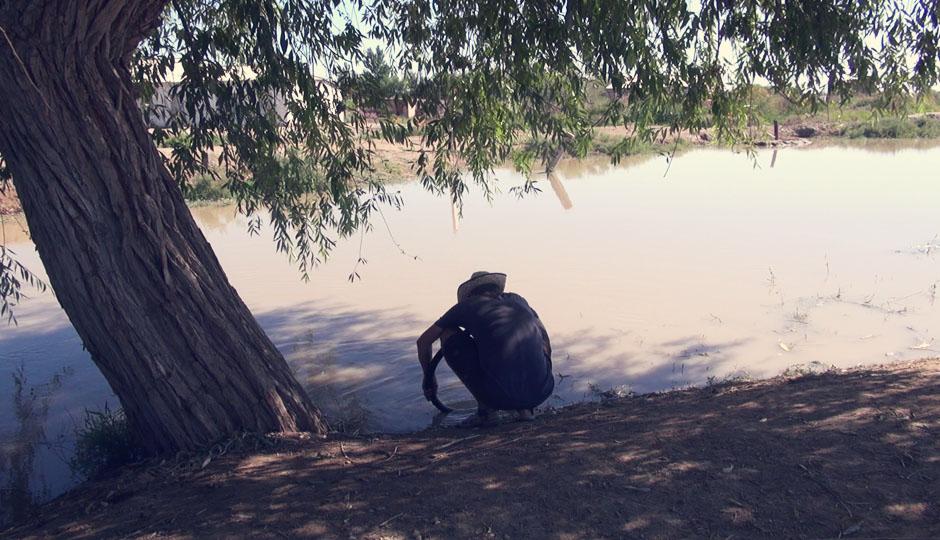 """Wo ist das Loch im Schlauch? (Viele dieser Kanäle nähren die Baumwollplantagen und Gärten in der Gegend, sodass der Fluss Amudarja (""""großer Wasserlauf""""), nicht wie früher den Aralsee mit Wasser versorgt, sondern einfach in der Wüste verdunstet. Laut Rüdiger Nehberg soll man, wenn man sich verlaufen hat, Bachläufen folgen um zurück in die Zivilisation zu finden. In diesem Fall wäre das jedoch weniger erfolgreich.)"""
