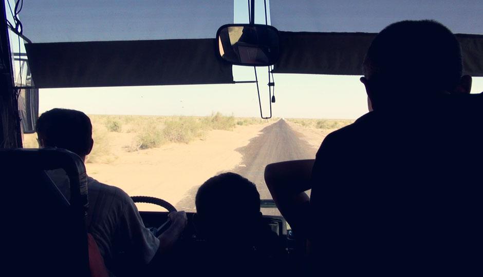 Auf der usbekischen Autobahn in Richtung Bukhara! - Und wo schaut der Fahrer überhaupt hin?