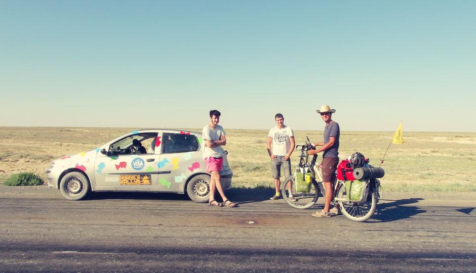 Kurz nach der Grenze treffen wir ein Team der diesjährigen Mongol-Ralley. Die drei Jungs mussten nicht nur zwei Stunden an der Grenze warten, sondern sechs!